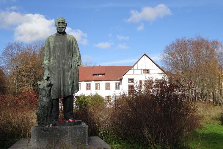 Памятник Павлову в Колтушах